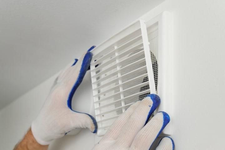 Ventilatierooster in muur voorzien