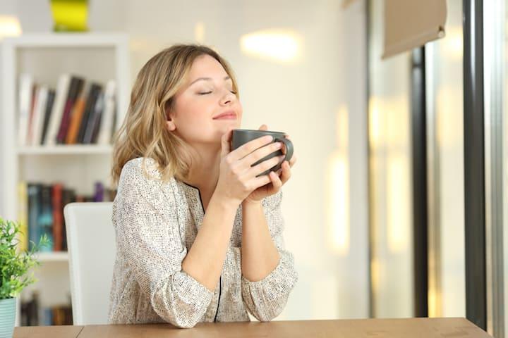 Werking ventilatiesysteem - Vrouw geniet van verse lucht in de woning